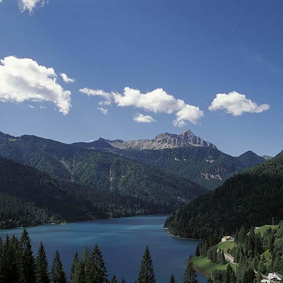 Vista panoramica del Lago di Sauris in Carnia